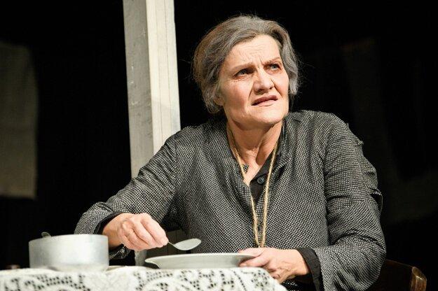 V hororovej komédii Matka dostala Jana Oľhová hlavnú úlohu nezvyčajnej matky ako darček kživotnému jubileu.