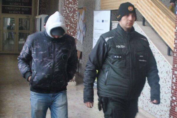 Miroslav odchádza zo súdu, väzeniu unikol.