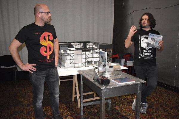 Knihu prevŕtali Martin Cubjak (vpravo) a Richard Kitta.