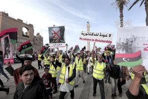 Demonštranti v Tripolise sa obávajú, že Haftar by obnovil diktatúru.