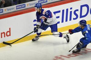 Maxim Čajkovič (vľavo) a Kazach Madi Dichanbek v zápase MS v hokeji do 20 rokov 2020 Slovensko - Kazachstan.