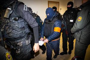 Andruskó prichádza na súd v sprievode kukláčov.