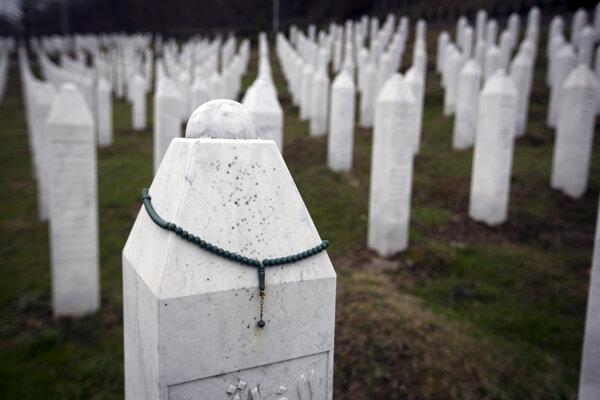 Hroby obetí na cintoríne v bosnianskej obci Potočari, blízko Srebrenice.