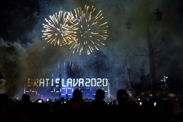 Ohňostroj na Dunaji v Bratislave.