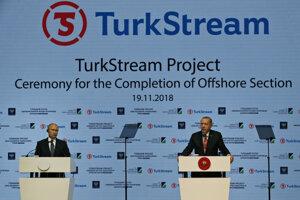 Na snímke z novembra 2018 ruský prezident Vladimir Putin a turecký prezident Recep Tayyip Erdogan počas slávnostného otvorenia časti plynovodu TurkStream.