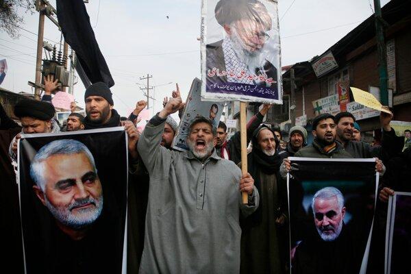 Iránci v uliciach kričia protiamerické heslá v reakcii na zabitie Sulejmáního.