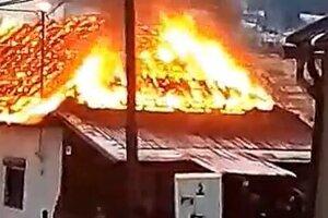 Strecha domu bola celá v plameňoch.