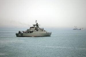 Iránska vojnová loď Alborz prechádza Hormuzským prielivom.
