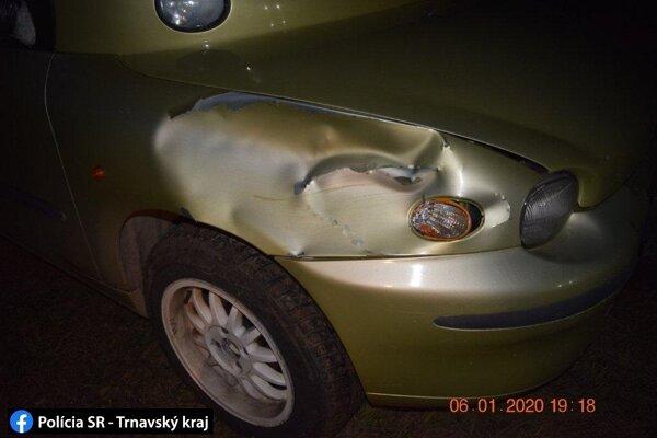 Vodič si neosvetleného chodca všimol na poslednú chvíľu.