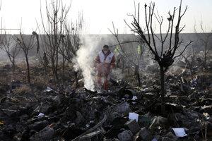 Záchranári na mieste pádu havarovaného lietadla v Teheráne.