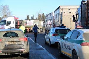 Autodopravcovia blokujú cesty na Orave.