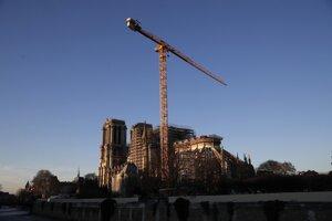 Obnova  zničenej parížskej katedrály Notre-Dam.