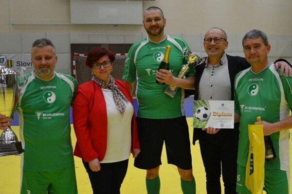 Putovný pohár z prvého ročníka si z rúk primátorky Topoľčian prevzalo víťazné mužstvo - 1. FC Bioharmonia Topoľčany.