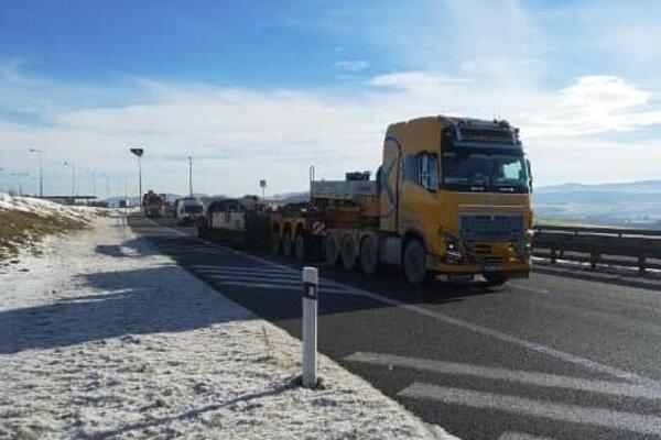 Konvoj už brázdi cesty v Trenčianskom kraji.