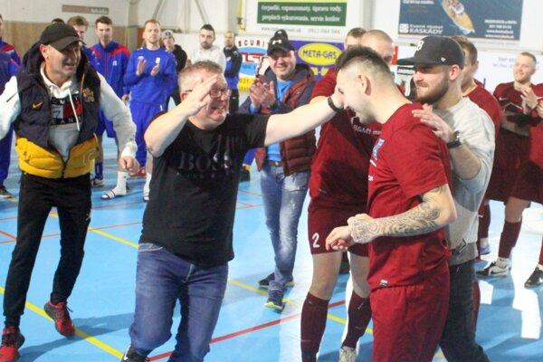Najlepším hráčom turnaja sa stal kapitán Zbehov Lukáš Mikula (vpravo v drese). Objať ho ide funkcionár Vladimír Lauko.