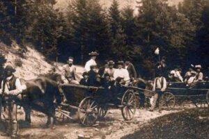 Fotografia zachytáva turistov smerujúcich na Jahodnú okolo r. 1900.