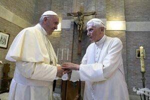 Pápež František a jeho predchodca Benedikt XVI.