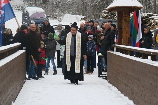 Miestny kňaz lavičku požehnal.