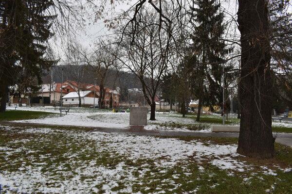 V miniparčíku na Ulici osloboditeľov vyrúbali stromy bez povolenia. Zaoberá sa tým polícia.
