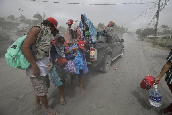Sopečný popol je nebezpečný, ľudí z oblasti evakuujú.