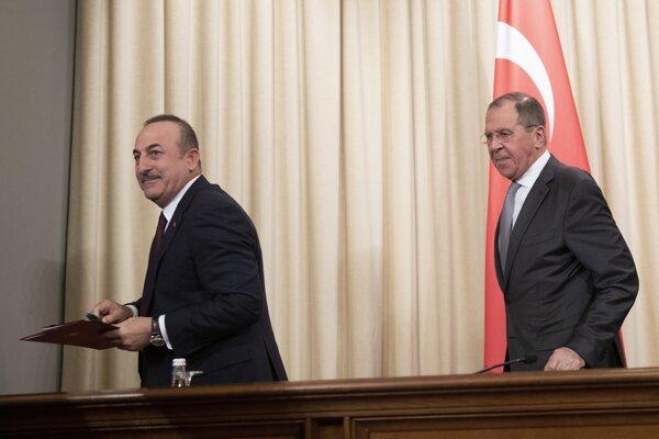 Zľava turecký minister zahraničia Mevlut Cavusoglu a jeho ruský rezortný kolega Sergej Lavrov.
