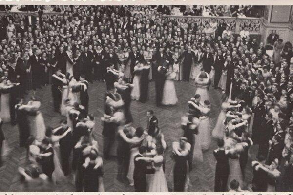 Medzivojnové plesy boli veľmi obľúbené. Bolo nemysliteľné, aby na ne išla dievčina bez dohľadu matky.