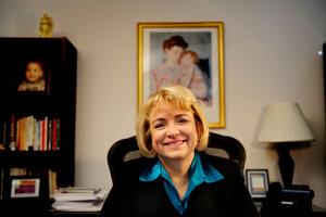 Barbara Loe Fisherová stojí na čele najstaršej americkej organizácie, ktorá šíri nedôveru voči očkovaniu. Napriek dostupným dôkazom tvrdí, že Národné informačné centrum o vakcínach (NVIC) žije najmä z malých darov od jednotlivcov.