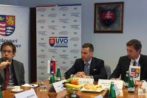 Jaroslav Lexa (vľavo, Inštitút verejného obstarávania), Miroslav Hlivák (ÚVO) a župan Milan Majerský (vpravo).