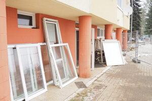 Stále prebieha výmena okien v okolitých bytovkách.