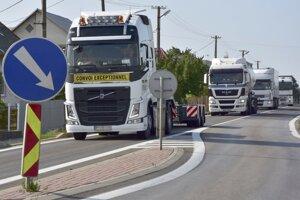 Dvorianky. Obyvatelia roky bojujú za to, aby bola doprava v obci odbremenená od kamiónov.