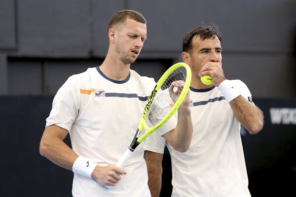 Filip Polášek (vľavo) a Ivan Dodig vo finále turnaja ATP v Adelaide.