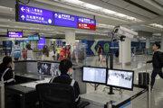 Viaceré krajiny zaviedli na letiskách skríning cestujúcich, ktorí prileteli zo strednej Číny.
