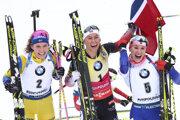 Trojica najlepších zo stíhacích pretekov v Ruhpoldingu - Hanna Öbergová (tretia), Tiril Eckhoffová (víťazka) a Paulína Fialková.