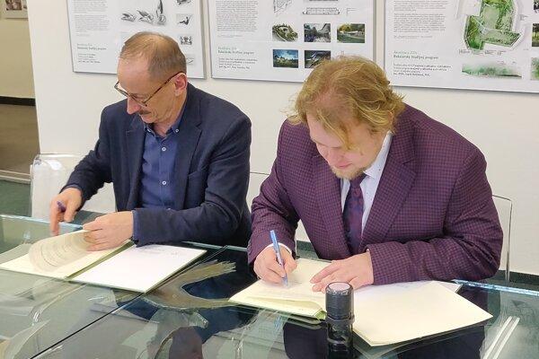 Dekan Pavol Gregor (vľavo) a starosta Radoslav Kozák pri podpise zmluvy.