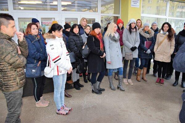 Vyše tridsať učiteľov zo školy i materskej školy vstúpilo do štrajku.