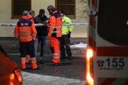 Policajti vypočúvajú pracovníkov záchrannej služby po incidente v jednom z penziónov v Kežmarku.
