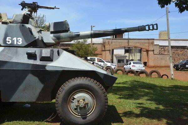 Policajný tank pred hlavným vchodom to paraguajského väzenia Pedro Juan Caballero 19. januára 2020.