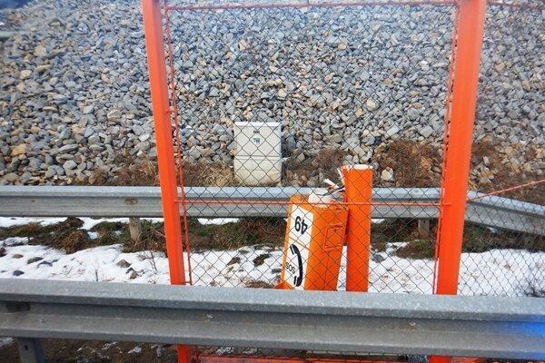 Zničená SOS hláska na diaľnici medzi Levočou a Spišským Štvrtkom.