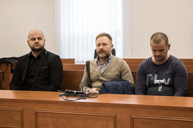 Na snímke predvolaní svedkovia zľava Maroš Vachna, Peter Koczkás a Zsolt Meszároš.