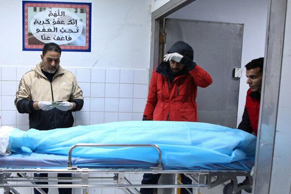 Telo osoby, ktorá zahynula počas leteckého útoku na vojenskú akadémiu, leží zakryté pod plachtou na nosidlách v nemocnici. Tripolis, Líbya, 4. január 2020.