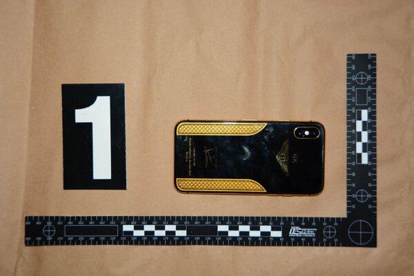 V aute našli aj mobilný telefón iPhone X v luxusnej edícii.