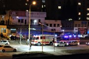 Namieste sú hasiči aj polícia. Priestor ohradili.