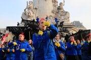 Ženy počas tanca na demonštrácii proti francúzskemu prezidentovi Emmanuelovi Macronovi 24. januára 2020 v Paríži.