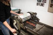 Jeden tlačiarenský stroj váži pol tony.