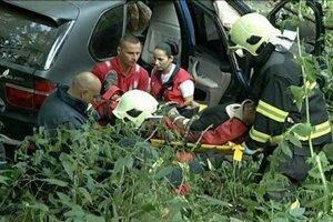 Zraneného Gabriela vyťahujú z auta. Mal zlomenú nohu v holennej časti a nedokázal sa pohnúť. Skončil v nemocnici.