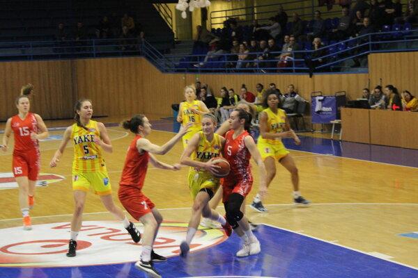 M. Balážová (s loptou) zaznamenala proti Dubčeku 19 bodov.