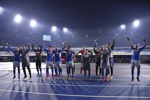 Stanislav Lobotka (piaty zľava) oslavuje triumf nad Juventusom.