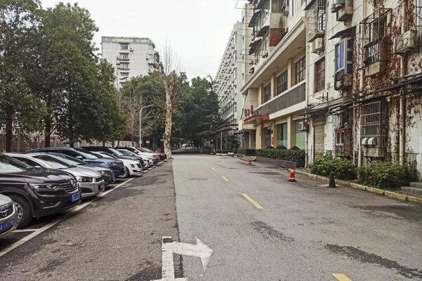 Prázdne ulice čínskeho Wu-chanu sa postupne začnú napĺňať.