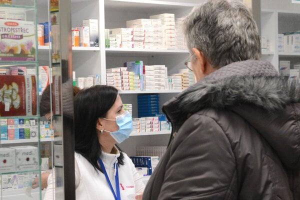 Rúška už naše lekárne nemajú.