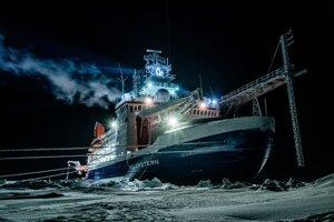 Loď Polarstern počas polárnej noci.